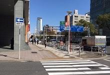 ❹地上に出たら、そのまま真っ直ぐ(駅を背にして)進み横断歩道を渡ります。